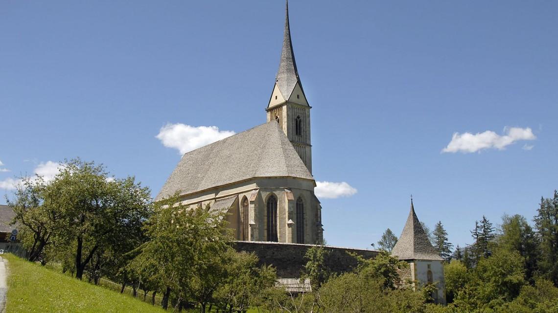 """Das """"Wahrzeichen"""" des Lungaus, die St. Leonhardskirche ober Tamsweg. Sie wurde im 15. Jahrhundert erbaut und ist berühmt für die bunten Fenster, vor allem für das sogenannte """"Goldfenster"""". Es finden viele Konzerte statt, natürlich auch regelmässig Messen und sehr beliebt als Hochzeitskirche."""